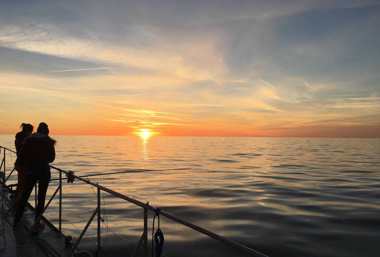 coucher de soleil en mer - navire sea explorer - terre marine